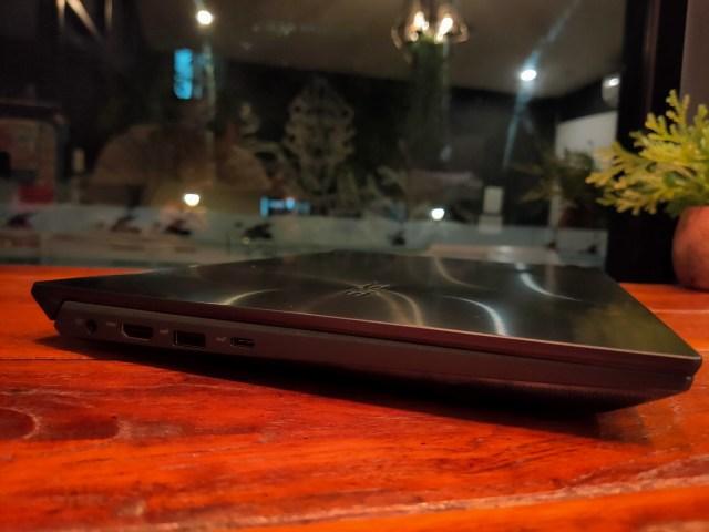 ด้านซ้ายของโน้ตบุ๊ก ที่มีช่องเสียบอะแดปเตอร์ พอร์ต HDMI พอร์ต USB-A 3.1 Gen 2 และ USB-C 3.1 Gen 2