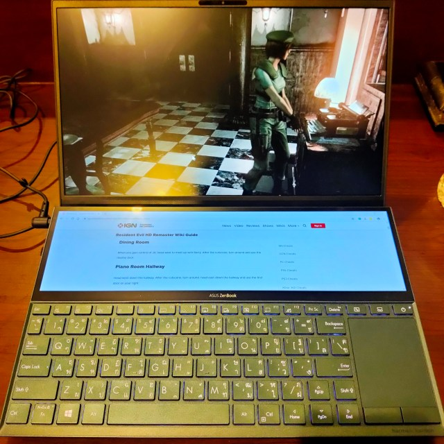 โน้ตบุ๊ก ASUS ZenBook Duo กำลังเล่นเกม Resident Evil Remake พร้อมเปิดเว็บไซต์ IGN ดู Walkthrough