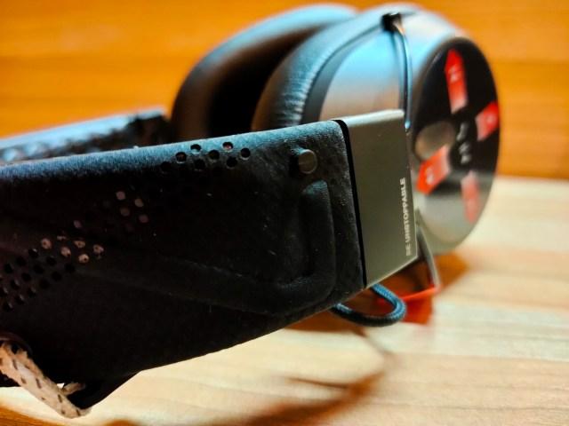 ดีไซน์แบบที่มีสายรัด กับตัวยึด ที่เอาไว้ช่วยให้หูฟังสวมติดกับหูเราแน่นมากขึ้น