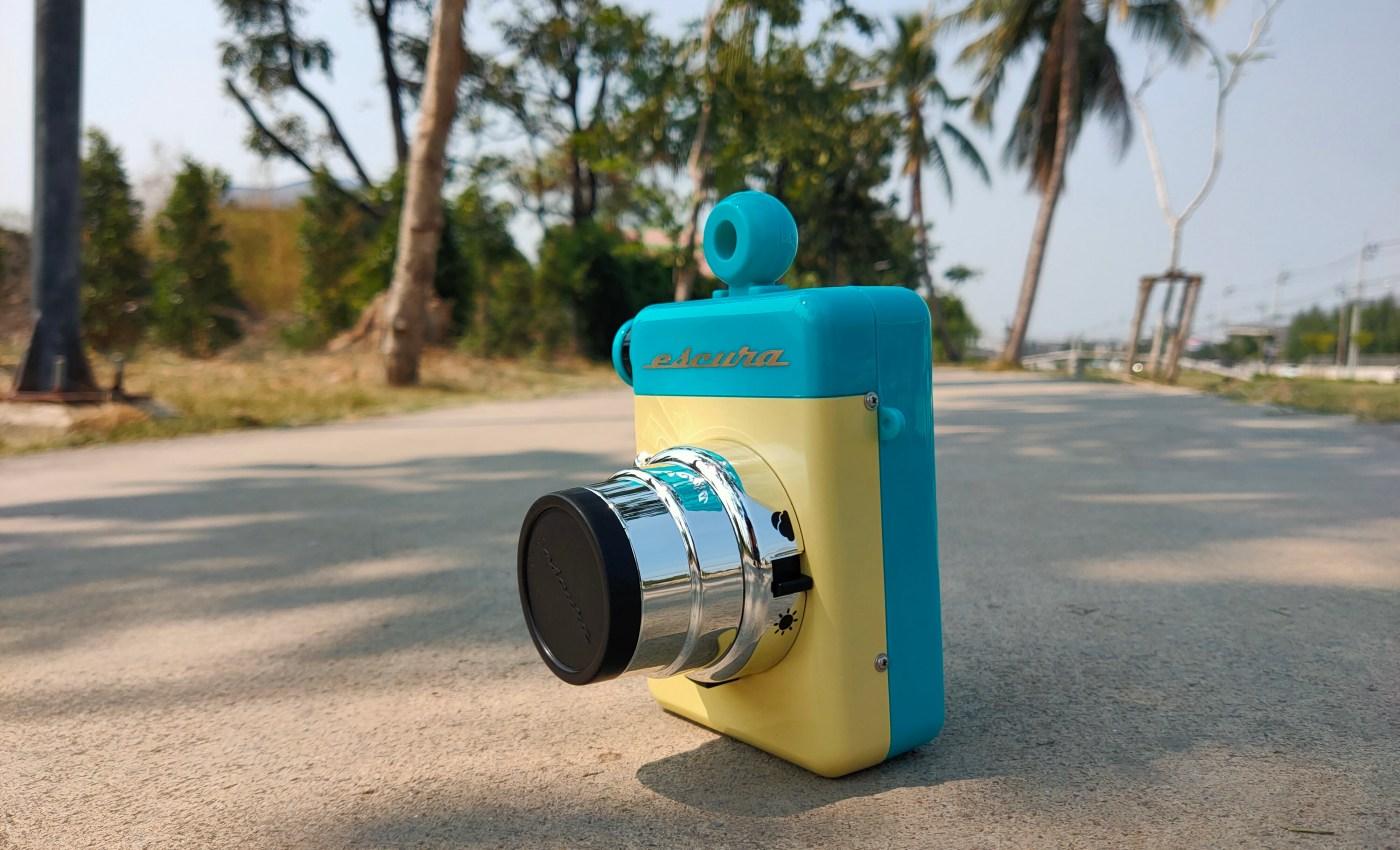 กล้อง Escura Instant 60s วางอยู่บนพื้นทางเดิน