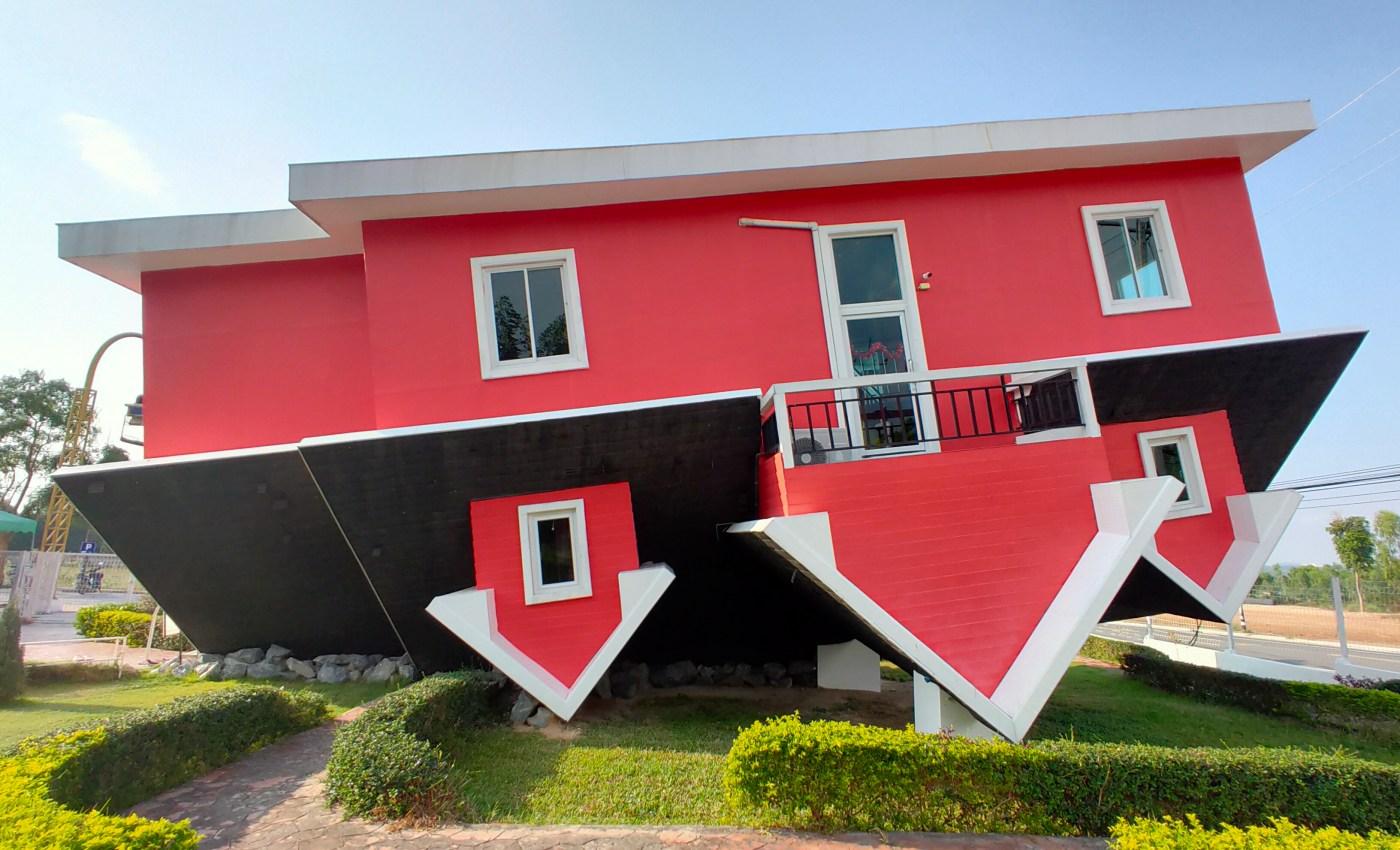 ภาพของบ้านสีแดง หลังคาสีดำ กลับหัวอยู่