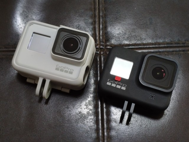 (ซ้ายมือ) กล้อง GoPro Hero 7 Black ใส่กรอบเพื่อให้มี Camera mount (ขวามือ) กล้อง GoPro Hero 8 Black มี Camera mount ในตัว