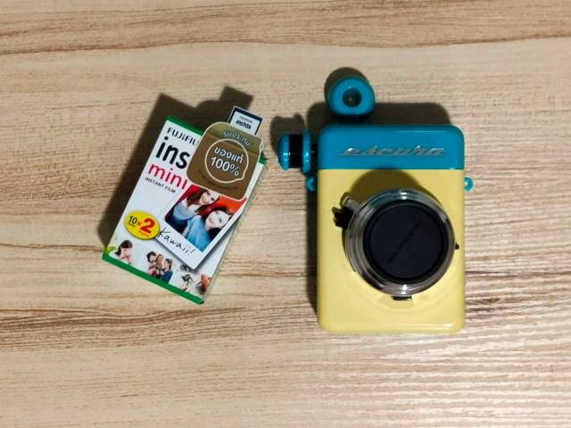 กล้องแอนะล็อก Escura Instant 60s และกล่องฟิล์ม Fujifilm Instax Mini แบบ 20 แผ่น