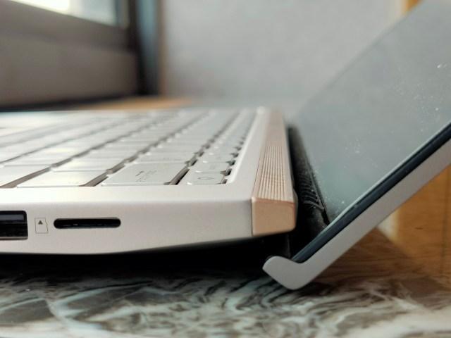 ภาพระยะใกล้ของบริเวณด้านข้างของโน้ตบุ๊ก ASUS ZenBook 14 UX434FLC เมื่อกางหน้าจอออก แสดงให้เห็นว่าตัวหน้าจอจะยกฐานตัวเครื่องขึ้นเล็กน้อยด้วยดีไซน์ ErgoLift