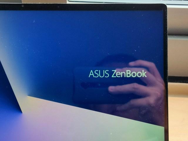ภาพแสดงหน้าจอแสดงผลของโน้ตบุ๊ก ASUS ZenBook 14 UX434FLC ซึ่งแสดงให้เห็นถึงขอบจอที่บางกว่าโน้ตบุ๊กทั่วไป