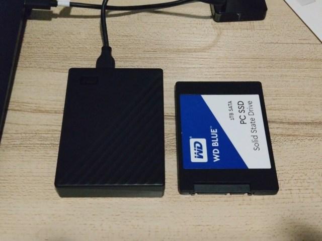 เทียบขนาดของ My Passport 5TB กับ WD Blue SSD ขนาด 2.5 นิ้ว