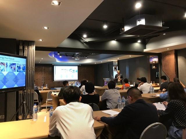 บรรยากาศภายในห้องเรียนหลักสูตร Digital and Transformative Leaders ของมหาวิทยาลัยหอการค้าไทย ในห้องเรียนที่มีวิทยากรผู้เชี่ยวชาญมาบรรยาย โดยทุกคนกำลังฟังอย่างตั้งใจ