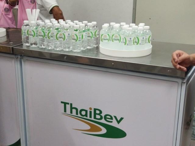 โต๊ะของ ThaiBev ที่นำน้ำดื่มตราช้างขวดเล็กมาแจกผู้มาจดทะเบียนสมรส