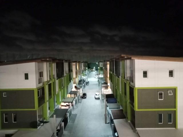 ภาพในหมู่บ้านจัดสรรในเวลากลางคืน