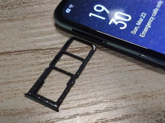 ถาดใส่ซิมการ์ดของสมาร์ทโฟน OPPO A91 มีช่องสำหรับใส่ซิมสองช่อง และใส่ MicroSD card อีกช่อง