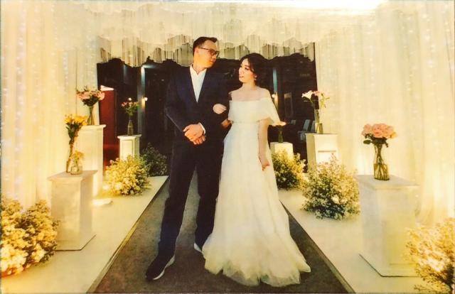 ภาพของบ่าวสาวกำลังมองหน้ากันในซุ้มถ่ายภาพงานแต่งงาน