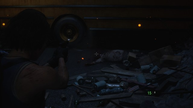 Jill Valentine กำลังเล็งปืนไปที่หัวของซอมบี้ที่นอนอยู่บนเศษซากปรักหักพังข้างๆ รถบัส