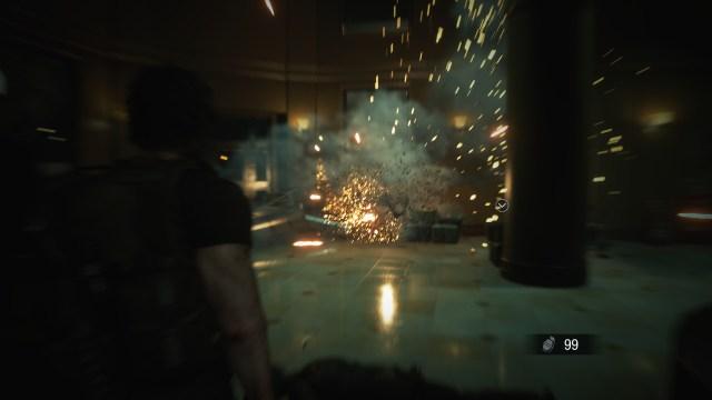 Carlos Oliveira โยนระเบิดใส่กลุ่มซอมบี้ที่กำลังพยายามบุกเข้าโรงพยาบาล