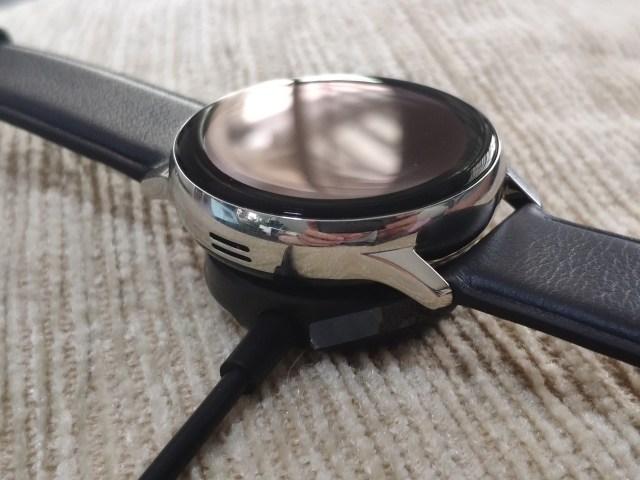 Samsung Galaxy Watch Active 2 ขณะกำลังชาร์จอยู่บนแท่นชาร์จไร้สาย