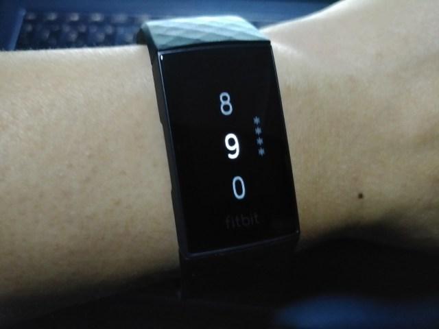 หน้าจอการใส่รหัส PIN 4 หลักตอนจะใช้ Fitbit Pay