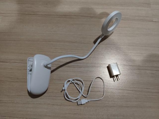 ของที่มาในแพ็กเกจของโคมไฟหัวเตียง ประกอบด้วยโคมไฟแบบหนีบ ความยาวประมาณ 60 เซ็นติเมตร สายเคเบิ้ลแบบ USB เป็นหัว DC แบบกลม และอะแดปเตอร์ เป็นสีขาวทั้งหมด