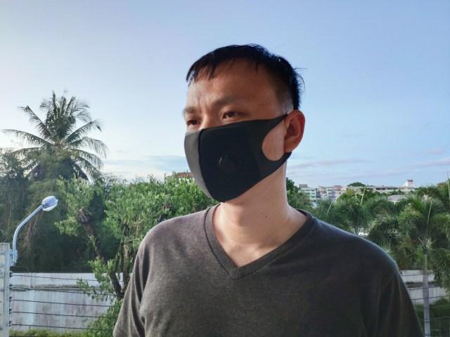 ผู้ใช้ใส่เสื้อยืดคอวีสีเทาดำ ใส่หน้ากากโฟมวาล์ว Kireo สีดำ
