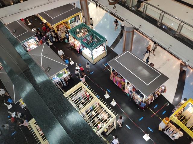 ภาพมุมสูงบริเวณพื้นที่จัดบูธร้านต่างๆ ที่มีร้านขายอาหาร ขายเสื้อผ้า และเครื่องประดับ