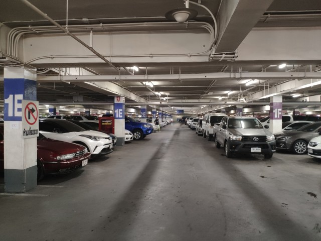 ลานจอดรถใต้ดินของห้างบิ๊กซีพระรามสอง ที่มีรถจอดอยู่เต็มไปหมด