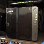 QNAP TS-453D ติดตั้งอยู่ในตู้แร็ก เปิดใช้งานอยู่