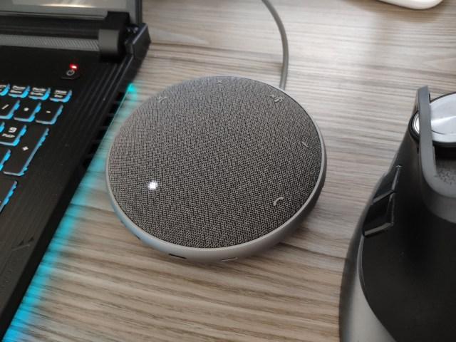 ลำโพง Dell Mobile Adapter Speaker วางอยู่ระหว่างโน้ตบุ๊กและเมาส์