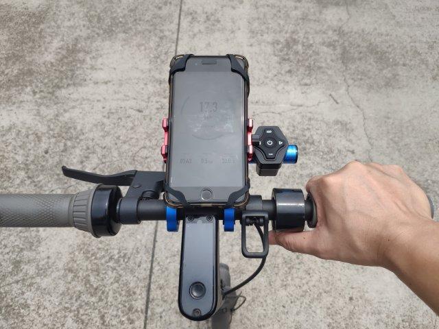 ภาพของ iPhone 8 Plus ที่ติดตั้งอยู่บนตัวจับมือถือ Choetech smartphone holder ที่ติดตั้งอยู่บนสกู๊ตเตอร์ไฟฟ้า Ninebot Kickscooter MAX