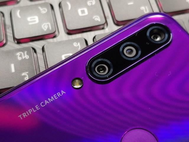 กล้องหลัง 3 ตัวของสมาร์ทโฟน Huawei Y6P สีม่วง