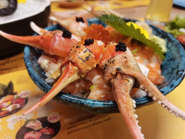 อาหารญี่ปุ่น ข้าวหน้าปลาแซลมอนดิบหั่นเป็นลูกเต๋า และมีก้ามปูซูไว กับไข่ปลาแซลมอนวางอยู่