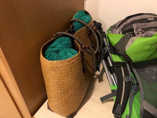 กระเป๋าสาน ใส่ผ้าขนหนูขนาดใหญ่สีเขียวสองผืน
