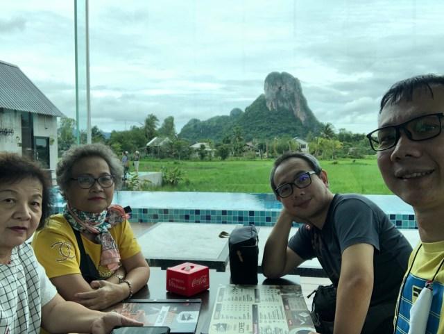 ภาพเซลฟี่ของคณะเที่ยวของผมคราวนี้ นั่งอยู่ที่โต๊ะอาหาร มีวิวภูเขาด้านนอกให้ชม