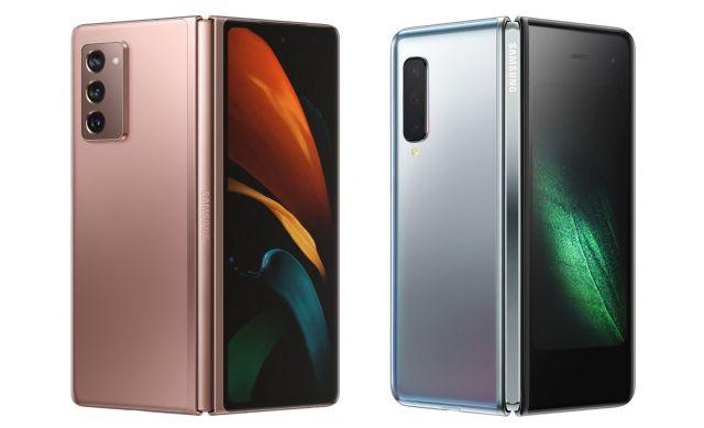 (ซ้าย) Samsung Galaxy Z Fold 2 สีบรอนซ์ (ขวา) Samsung Galaxy Fold สีเงิน