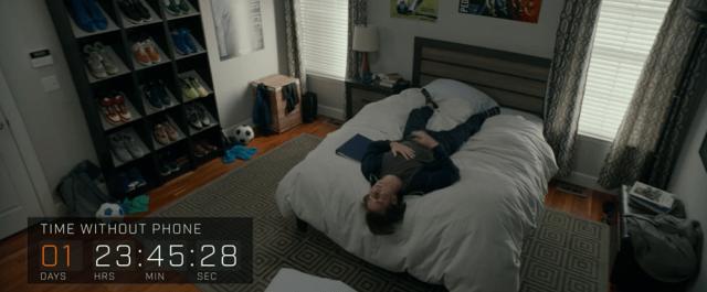 ภาพของเด็กวัยรุ่นชายชาวอเมริกันกำลังนอนเอามือกุมหน้าอกและท้องของตน เพื่อไม่ได้ใช้งาน