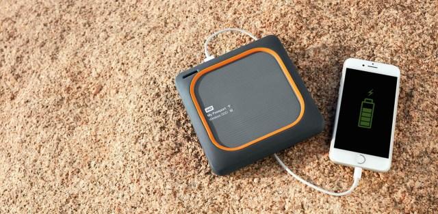 WD My Passport Wireless SSD กำลังชาร์จแบตเตอรี่ให้กับ iPhone อยู่
