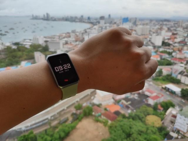 แขนซ้ายของผม สวม Huawei Watch Fit อยู่ แบ็กกราวด์เป็นภาพของเมืองพัทยา
