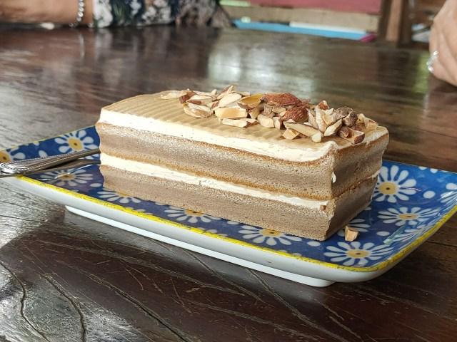 เค้กช็อกโกแลต วางอยู่บนจานกระเบื้อง