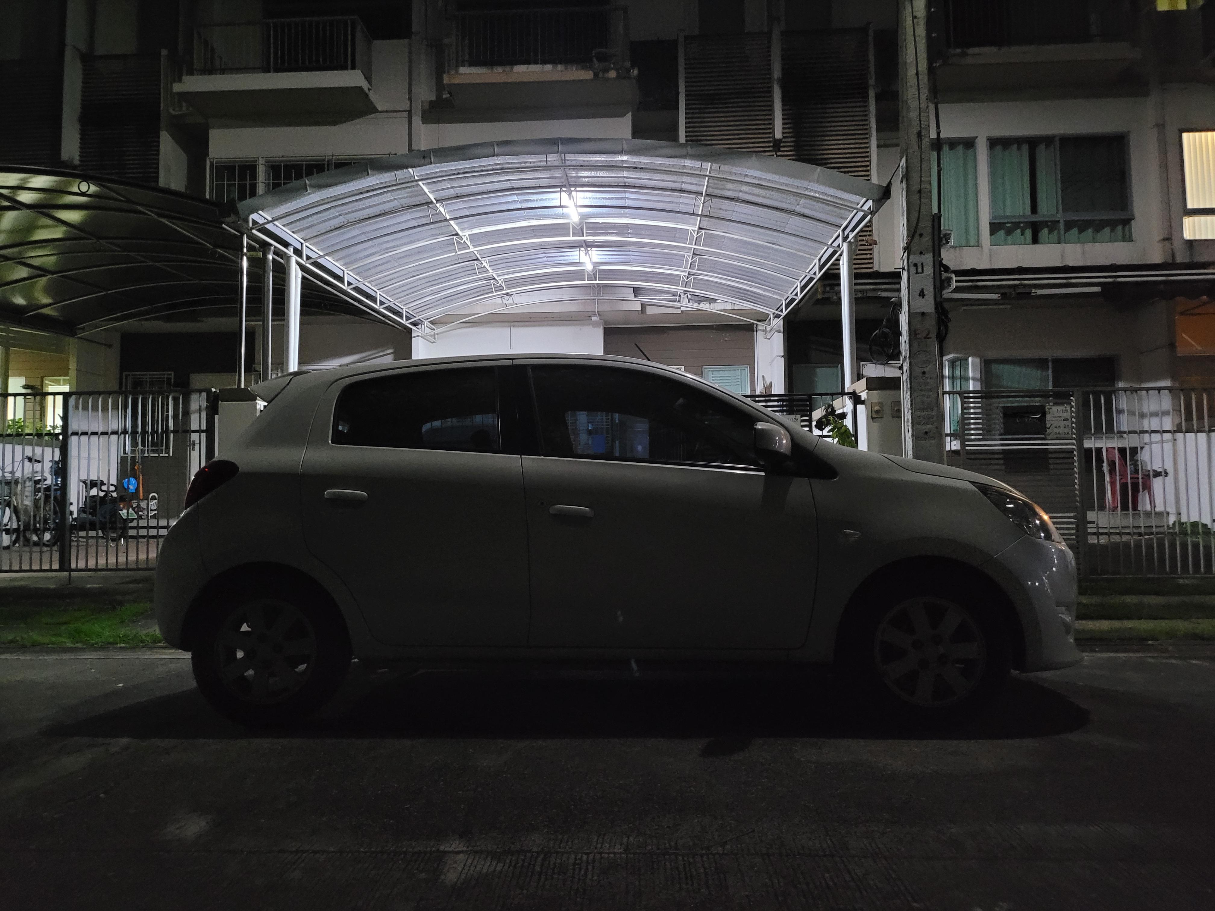 ภาพรถยนต์อีโค่คาร์สีขาวจอดอยู่หน้าบ้าน ถ่าย