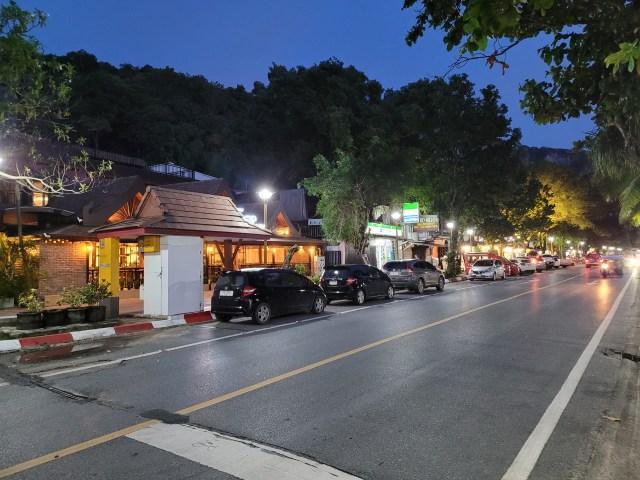 ร้านค้าต่างๆ บริเวณถนนเลียบหาด ยังพอมีเปิดให้เห็นอยู่บ้าง