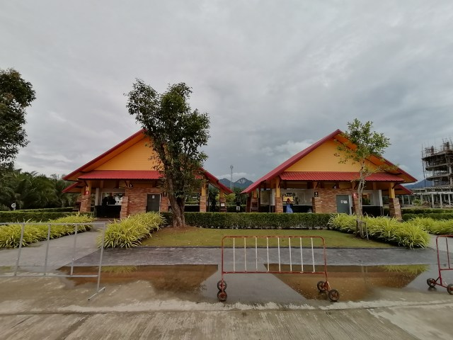 อาคารสีเหลืองหลังคาสีแดงสองหลัง เป็นอาคารห้องน้ำ