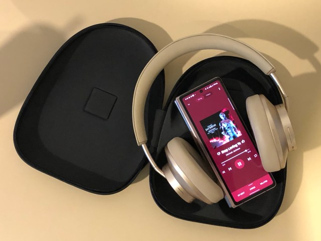 Huawei FreeBuds Studio เชื่อมต่อกับสมาร์ทโฟน กำลังฟังเพลงอยู่