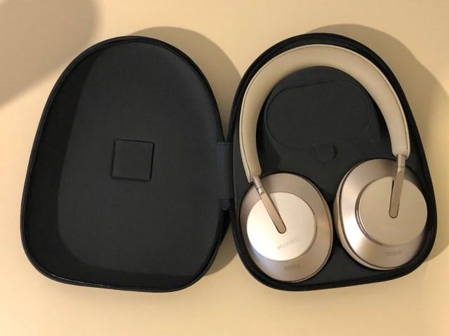 หูฟัง Huawei FreeBuds Studio อยู่ในเคสแข็งใส่หูฟัง