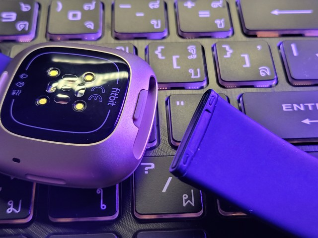 แสดงตัวอย่างการถอดสายนาฬิกาของ Fitbit Versa 3