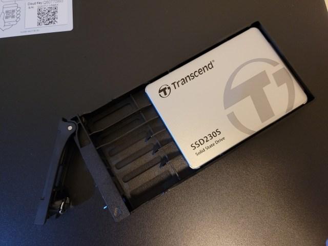 ถาดใส่ฮาร์ดดิสก์ 2.5 นิ้ว มี SSD ยี่ห้อ Transcend รุ่น SSD230S ใส่อยู่