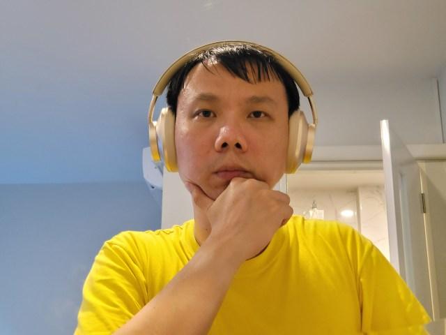 ผม กำลังสวมหูฟัง Huawei FreeBuds Studio อยู่