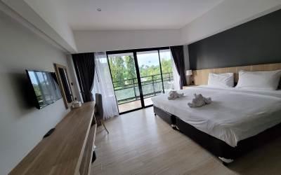 ภายในห้องพักที่โรงแรม มีชั้นลอยสำหรับวางของยาวตามกำแพง เตียงเป็นแบบเตียงใหญ่ นอนได้สองคน