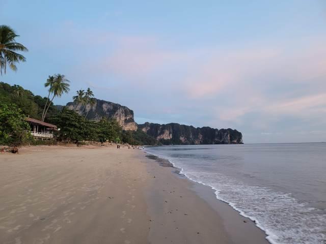 วิวทะเลและหาดทราย และเห็นภูเขาอยู่ไกลๆ