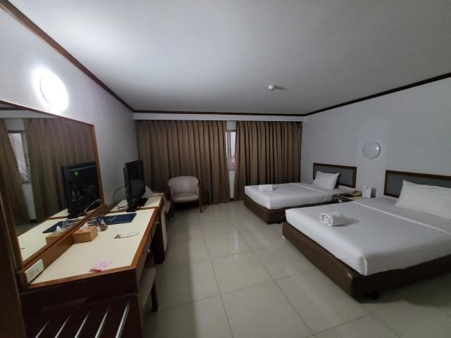 ภาพมุมกว้าง ภายในห้องนอนของโรงแรม Friday แบบเตียงคู่