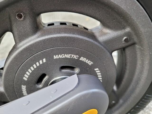 ภาพถ่ายระยะใกล้ของล้อหลังของ Ninebot Kickscooter E25 ที่เห็นข้อความคำว่า Magnetic brake