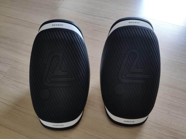 รองเท้าสเก็ตไฟฟ้า Segway Drift W1 วางไว้บนพื้นไม้
