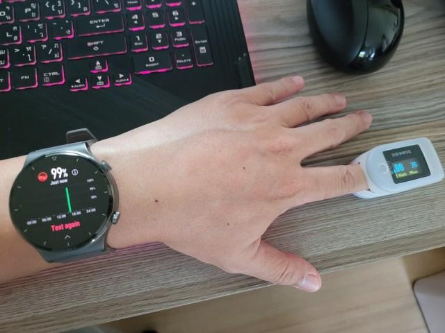 ภาพการทดลองวัดค่า SPO2 ด้วยสมาร์ทวอทช์ Huawei Watch GT 2 Pro เทียบกับเครื่องวัด SPO2