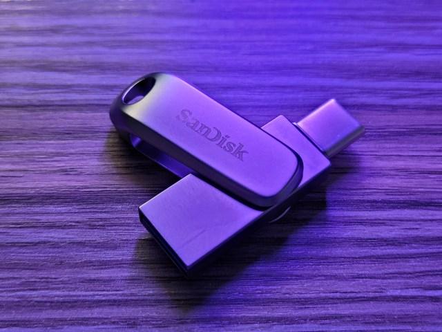 SanDisk Ultra Dual Drive Luxe USB Type-C 1TB ที่หมุนตัวไดร์ฟออกมา ให้เห็นด้านหนึ่งเป็น USB-C อีกด้านเป็น USB-A